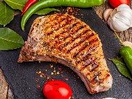 Рецепта Крехки сочни мариновани свински котлети с розмарин на скара или грил тиган